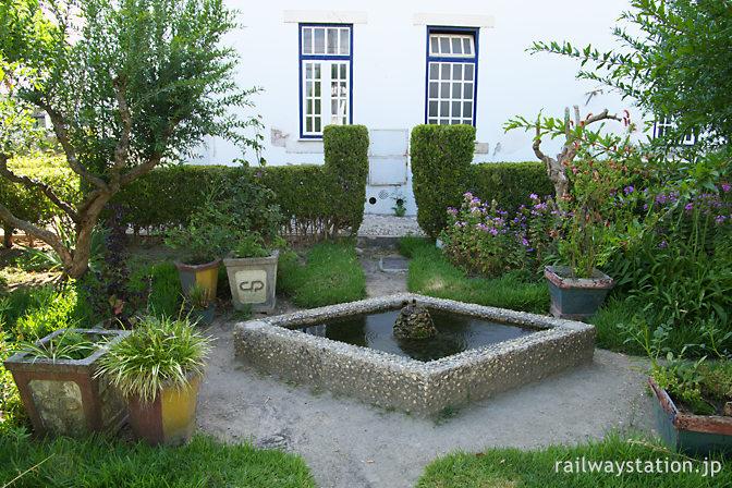 ポルトガル鉄道・サンタレン駅、庭園内の池