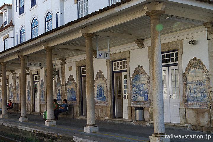 ポルトガル鉄道・サンタレン駅、駅舎に飾られたアズレージョ