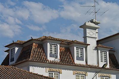 ポルトガル鉄道・サンタレン駅、駅舎屋根の出窓