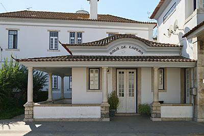 ポルトガル鉄道・サンタレン駅、駅舎横の待合室