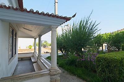ポルトガル鉄道・サンタレン駅、待合室のテラス風スペース