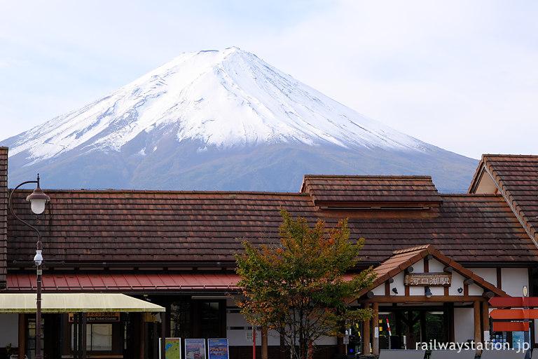 富士急行の終着駅、河口湖駅と背後にそびえる富士山