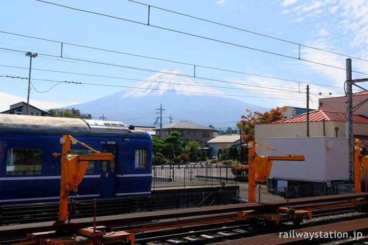 富士急行・下吉田駅、富士山とスハネフ14が展示されたブルートレインテラス