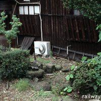 福井鉄道・福武線・家久駅、木造駅舎とレールの間にある池庭跡(枯池)