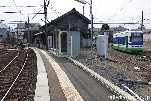 福井鉄道・西武生駅(現・北府駅)のプラットホームと駅構内