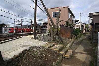 北府駅(旧名;西武生駅)の越前武生駅方面ホームの出入口