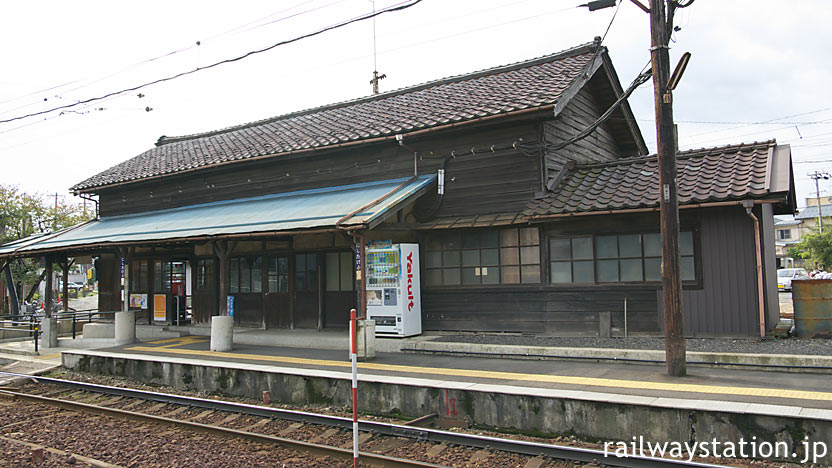 福井鉄道・北府駅の木造駅舎、ホーム側側面の風景
