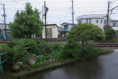 岳南電車・岳南富士岡駅、構内通路横の池庭