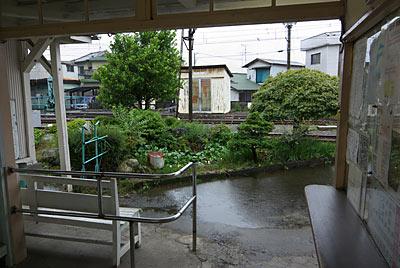 岳南鉄道(岳南電車)・岳南富士岡駅、待合室と池庭