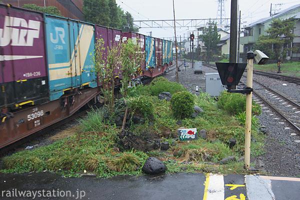 貨物列車が通過する岳南鉄道・岳南原田駅