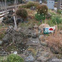 岳南鉄道 (現・岳南電車) 岳南原田駅、ホーム片隅の構内通路横にある枯池