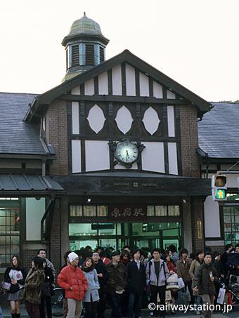 屋根の塔やハーフティンバーなど造りが洋風の木造駅舎・原宿駅