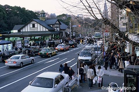 日曜日の原宿駅前、木造駅舎から溢れるような人波…