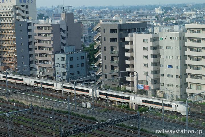 さいたま新都心駅付近、回送中の特急スワローあかぎ用651系電車