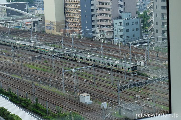 さいたま新都心駅付近、高崎線から直通の東京上野ラインの列車