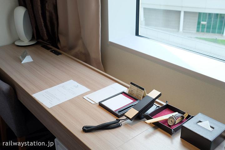 ホテルメトロポリタンさいたま新都心、窓際のデスクと備品