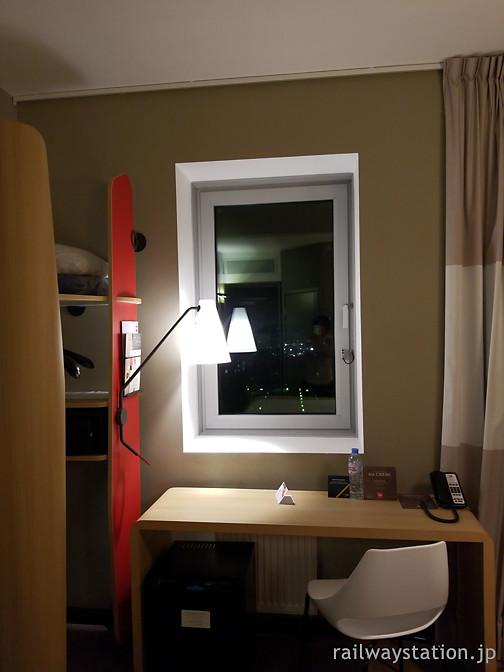 モスクワ、ホテルイビス・キエフスカヤ、客室のデスクまわり