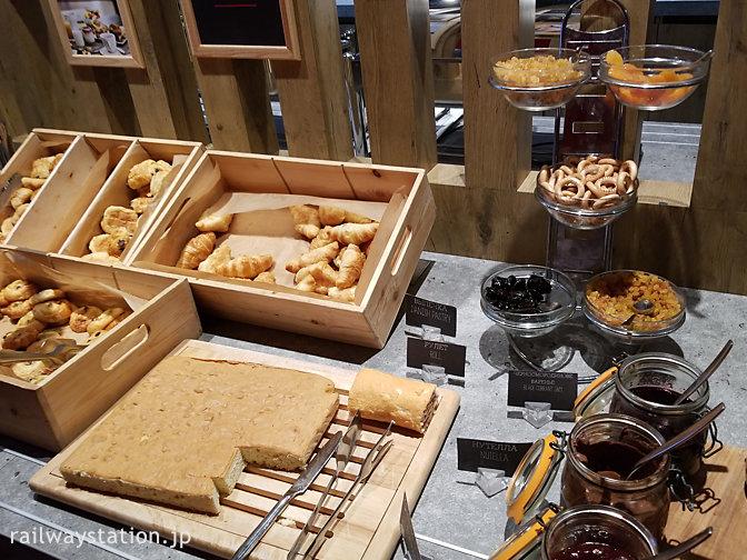 モスクワ、ホテルイビス・キエフスカヤ、朝食ビュッフェのパン類