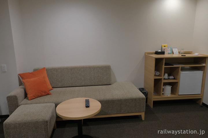 ワイズホテル旭川駅前、ツインルームのソファーなど