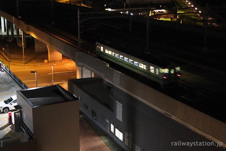ワイズホテル旭川駅前からのトレインビュー、単行のキハ40系気動車