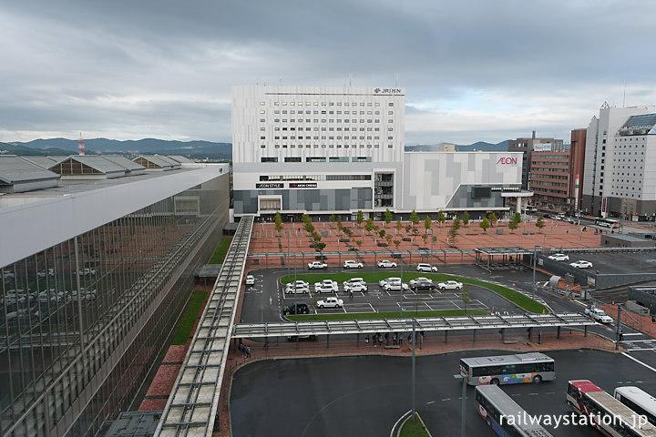 ワイズホテル旭川駅前、エレベーターホールから見た旭川駅