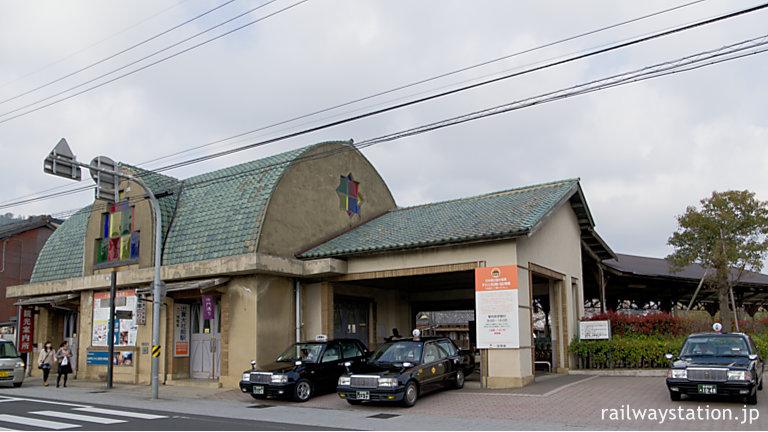 一畑電車・出雲大社前駅の駅舎、右手の降車用改札口付近とタクシー