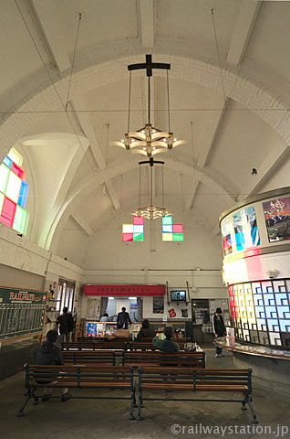 一畑電車・出雲大社前駅の駅舎、教会のような雰囲気の待合室