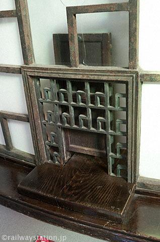 一畑電車・出雲大社前駅、旧切符売場アールデコ調装飾の窓口