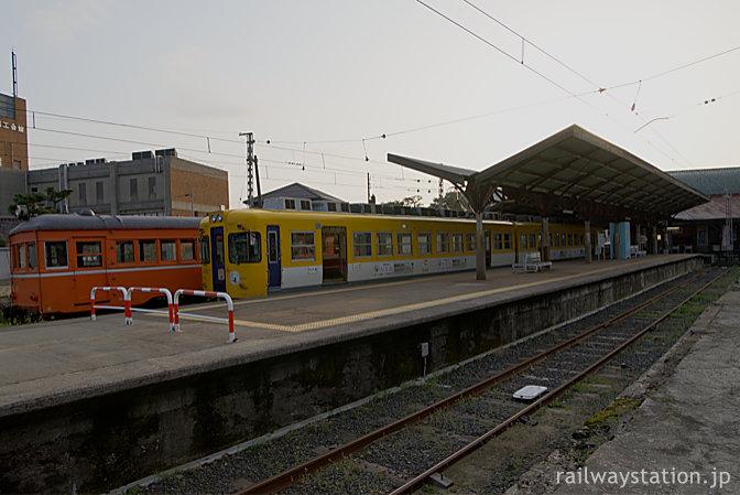 一畑電車・出雲大社前駅ホーム、静態保存中のデハニ52と元京王の2100系