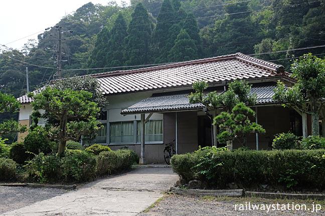 山陰本線・居組駅、古い木造駅舎の前には緑豊かな庭園風の一角