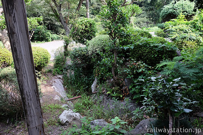 山陰本線・居組駅、駅舎の前にある枯池のある庭園