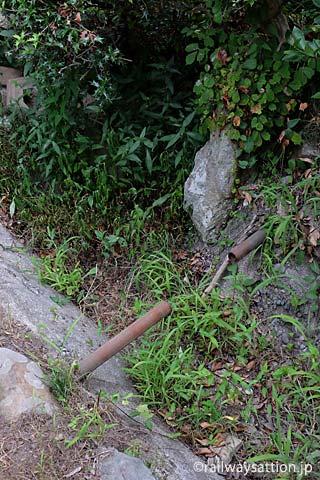 山陰本線・居組駅、枯池の中の錆びた鉄パイプ
