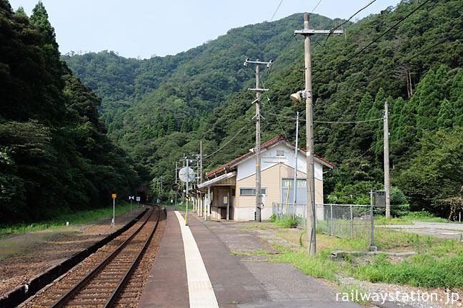 兵庫県新温泉町、集落から離れた山陰本線の秘境駅、居組駅