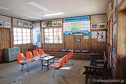 JR北海道・根室本線・幾寅駅の木造駅舎、待合室