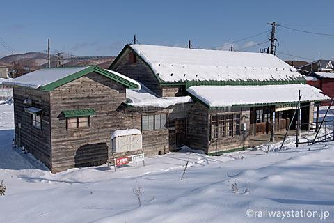 根室本線・幾寅駅の木造駅舎、ホームからの風景