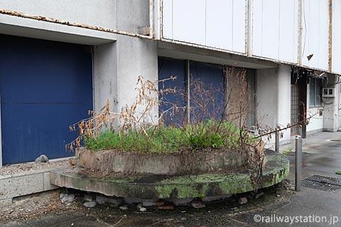 高尾アパート屋外のコンクリートベンチ