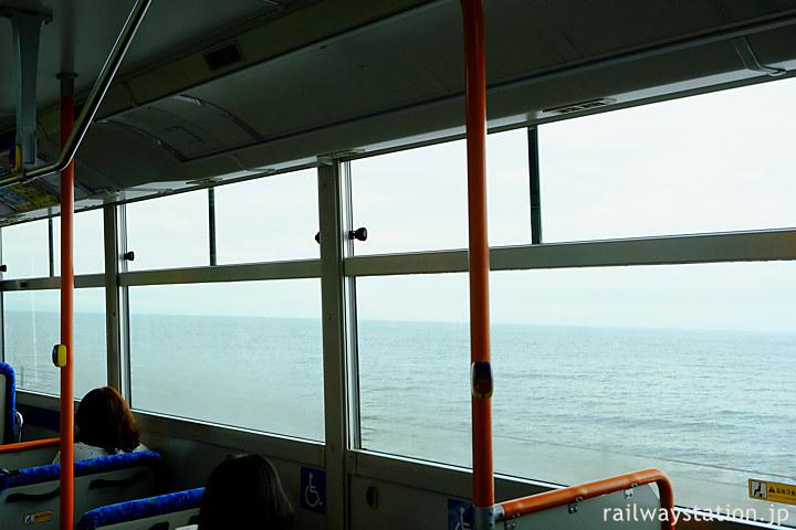 沿岸バス・豊富留萌線の小平町内、車窓の外に広がる日本海