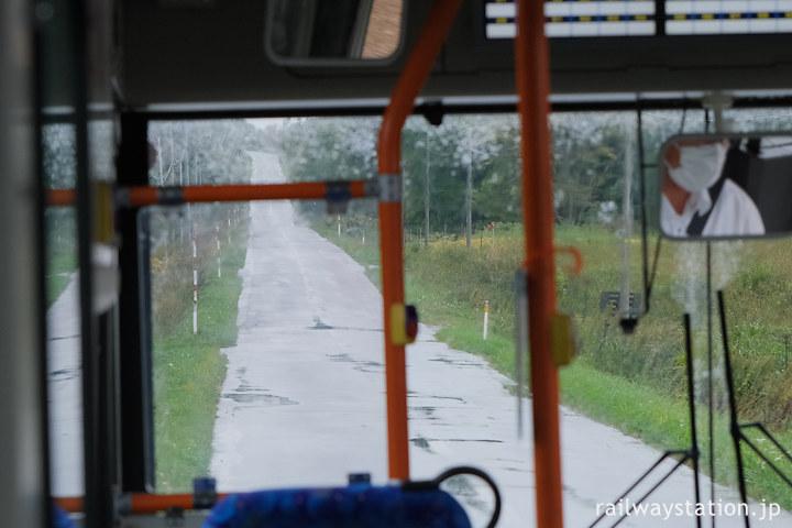 沿岸バス12留萌行き、上り坂をゆく
