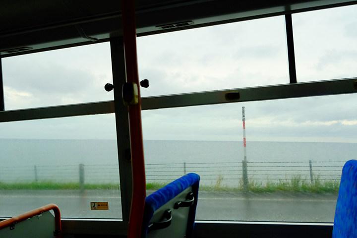 沿岸バス豊富‐留萌、車窓の外に広がる日本海