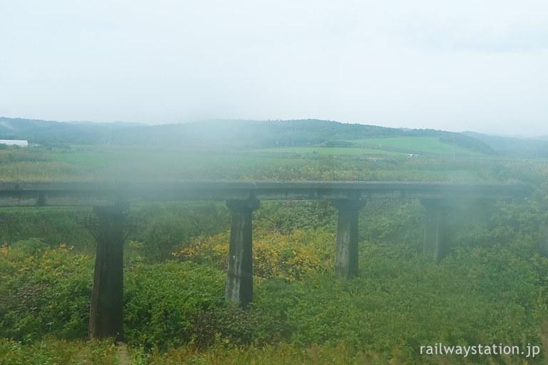 遠別町、沿岸バスから見た羽幌線廃線跡のコンクリート橋