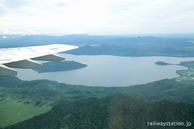 JAL羽田発女満別行き機内から見た屈斜路湖