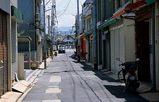 愛媛県松山市、三津駅前の商店街