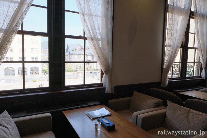 門司港駅舎みかど食堂byNarisawa、窓際のソファー席