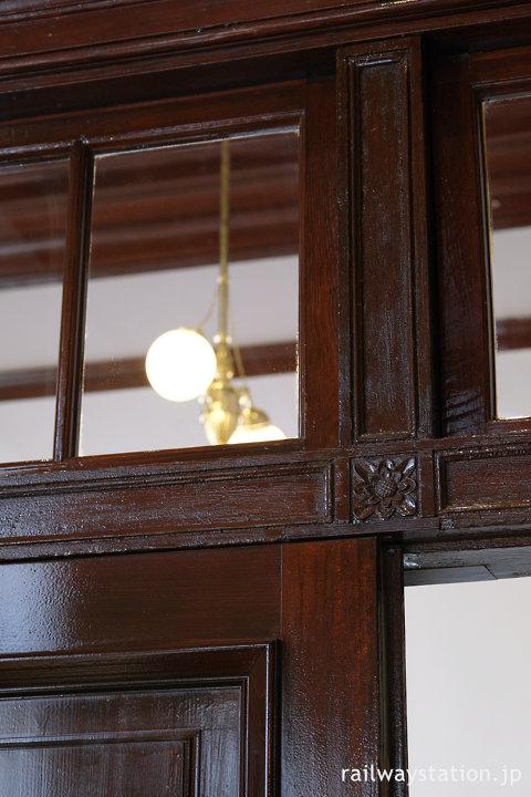 門司港駅舎みかど食堂、木の壁に彫り込まれた花のレリーフ