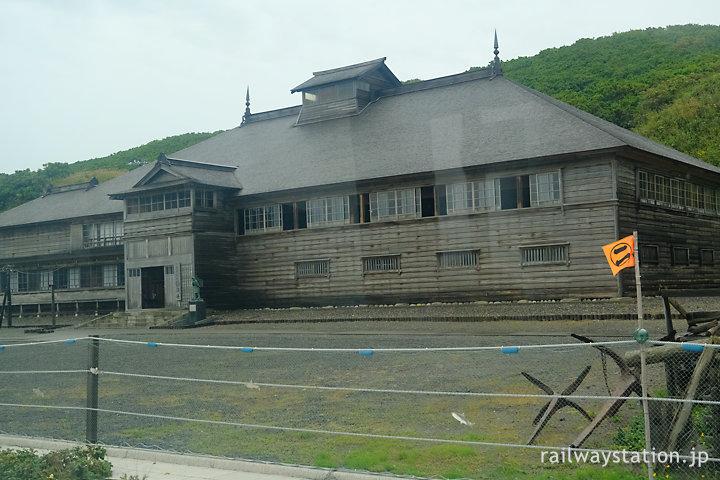 国道232号線小平町内、ニシン漁で栄えた旧花田家番屋