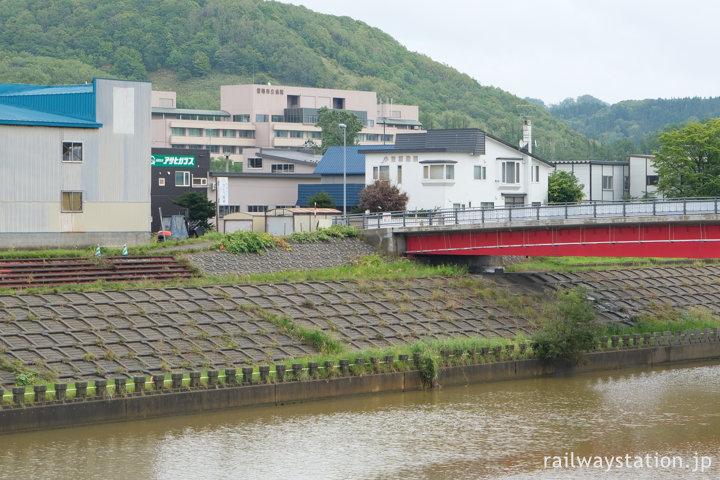 南九条橋停留所から留萌市立病院を見る
