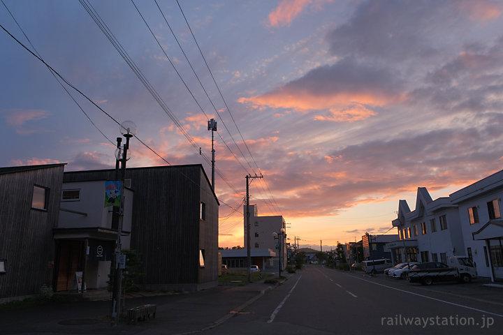 豊富温泉街、夕焼けに染まる空と雲