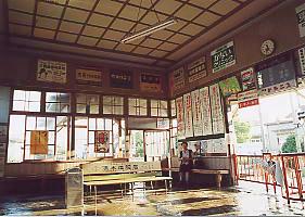 伊予鉄道・高浜線・三津駅、夏の暑い朝、待合室の打ち水