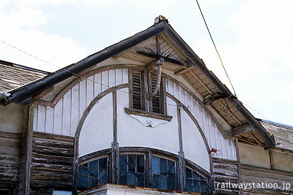 伊予鉄道・三津駅、木造駅舎ファサードの曲線