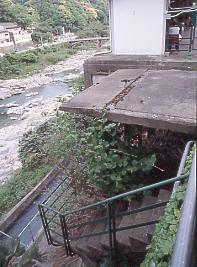 JR中央本線・定光寺駅上りホームの謎の構造物